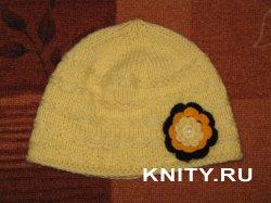 Жёлтая шапка с цветком