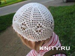 Детская вязаная шапочка с бусинками