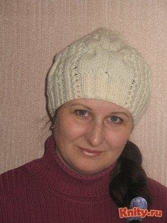 Вязаная шапочка с косами