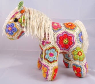 лошадь из цветочных мотивов